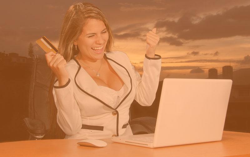 5-parasta-pokerin-suoratoistajaa-katsoa-Twitchissä-nainen-onnellinen